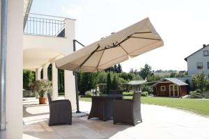 Schneider Sonnenschirm Rhodos auf der Terrasse